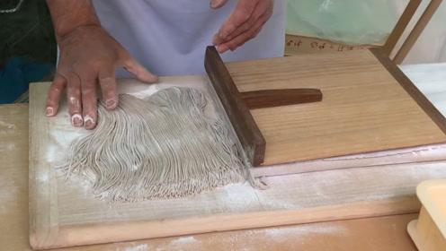 日本荞面如何能切得又细又快,看日本大厨这波操作,原来是靠这个