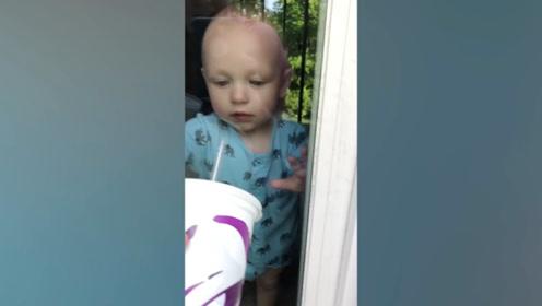 宝宝隔着玻璃喝汽水,最后才发现根本喝不到,真是跳读了!