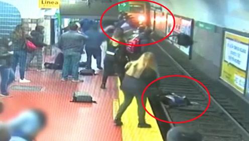 女子地铁站被砸倒掉入轨道 众人喊停列车上演生死大营救