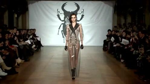 设计师脑洞大开,给美女穿一身雨衣,打破了传统的风格