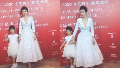 金巧巧携女儿亮相红毯,孔雀公主白裙状态好,小公主活泼镜头感好