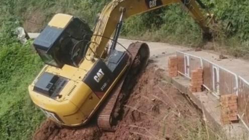 小挖机好坚强,这么陡的坡度,居然能爬上去