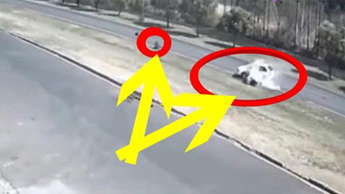 摩托男子作死撞上轿车,瞬间就没命了,网友:超速太危险了!