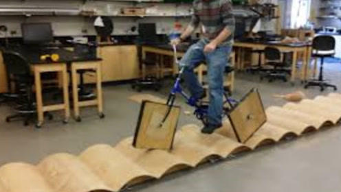 """国外一小伙造出""""方形轮胎""""自行车,比原型轮胎跑得都快,真让人羡慕!"""