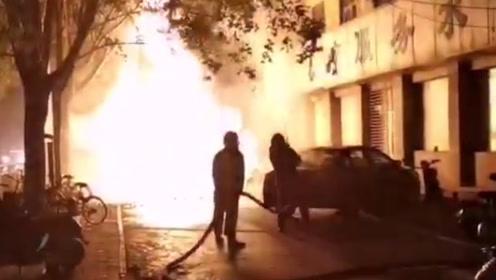 吓到睡不着!郑州路边燃气管道突发爆燃,火焰窜出8米高