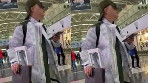 网友机场偶遇包贝尔连帽带墨镜很是抢镜,妥妥的手机控