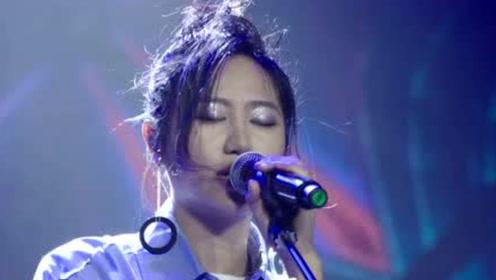 她的歌简简单单,却总能够感动人心,民谣造诣还高于花粥