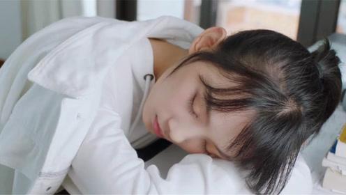 满满喜欢你:顾小满累到打瞌睡,左岸心疼亲吻,真是太甜蜜了