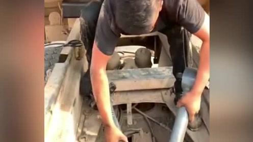 汽修工干活一定要注意安全,千万不能像他一样,太危险了!