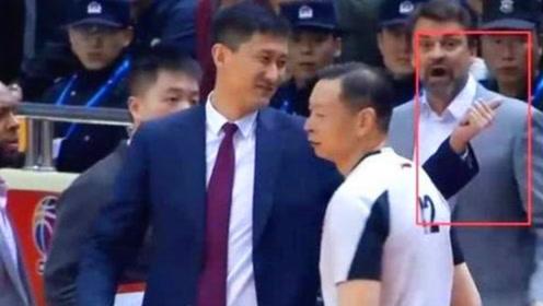 铁血主帅!杜峰不满裁判连吃2T,离场时不忘对裁判竖大拇指
