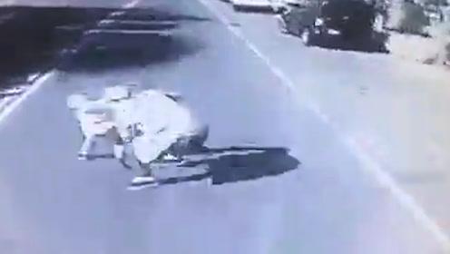 哈萨克斯坦一小孩横穿马路 父亲本能拉回却被撞身亡