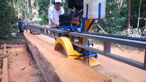 把机器直接运到树林,在这里把圆木锯成木板,效率实在太高了!