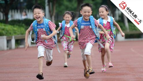 家有四胞胎有苦也是甜,生活艰辛但为了孩子必须咬牙坚持