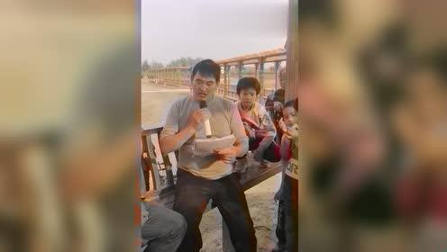 大衣哥坐在长廊上唱歌,连小孩都是他的粉丝,听得好认真