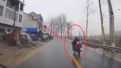 前方摩托突然转弯,后车躲避不及,直接撞上一旁的建筑!