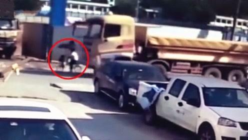 深圳一对母子遭泥头车碾压致3岁男童死亡!监控拍下痛心一幕