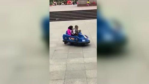 小伙子你那什么车啊能不能把女孩借给我啊