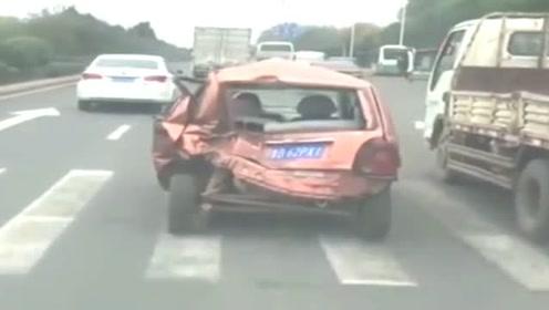 这车都成这样了还能上道行驶,不拍下来谁都不信!