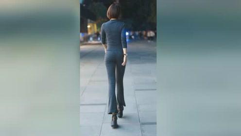 走在深秋街头的姑娘,这般迷人的背影,回首间让人不再有一丝寒意