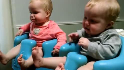 外国双胞胎宝宝吃饭!先喂一个!另外一个可等不及了