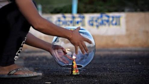 烟花点燃到底有多美?印度小哥用玻璃罩住,点燃后瞬间美炸了!