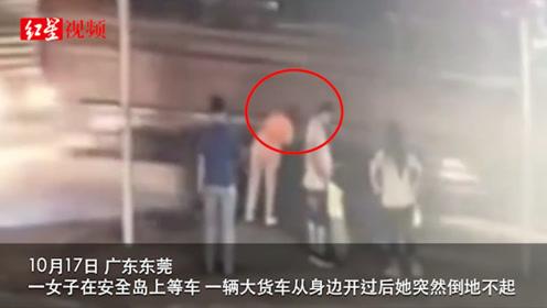 监拍:女子被货车外露钢管打中瞬间倒地,头部及身体多处受伤