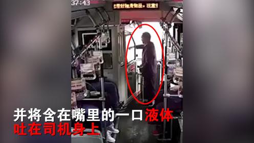 愤怒!公交车上例行安全检查,一男子却将瓶中液体吐在司机身上