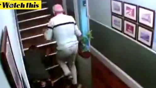 醉酒夫妇与楼梯作斗争爆笑全网 网友:仿佛看到了老年后的自己