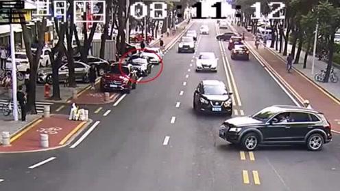 惊险!司机停车开门被宝马车瞬间削掉车门