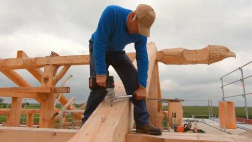 木头运到施工现场,组装起来就是一栋房子,等我有钱了也盖一个