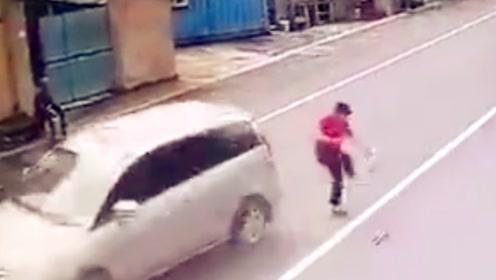 监控拍下大妈横穿马路惊险一幕:鞋飞了人没事!