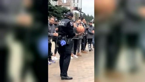 美国警察真悠闲,上班时间还能陪学生打篮球