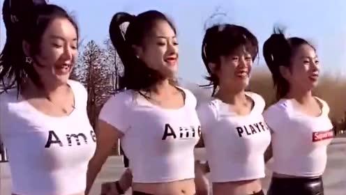 广场舞就该这么跳,四位妹子笑颜如花,看着真是养眼啊