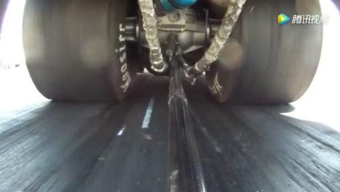 赛车底盘装个摄像头,看赛车加速时轮胎和底盘的变化
