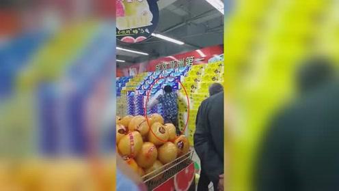 长春一大妈大闹超市 疯狂喊叫乱扔卫生纸