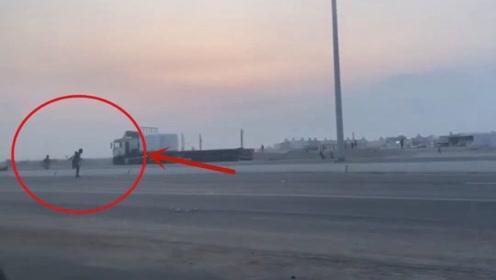 男子作死挑衅大货车,下一秒却被撞飞,惩罚来的太快!