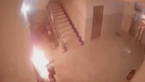 电动车楼道内充电发生连环爆炸 现场火花四溅