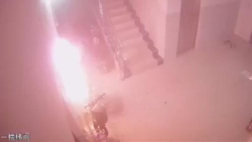 电动车充电时燃爆起火!138秒监控拍下火光乱窜烟雾弥漫