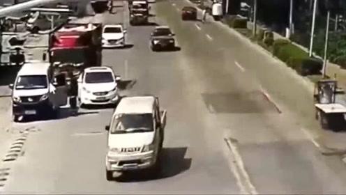 货车司机开车看手机,发现不对劲已来不及!悲剧一幕发生了
