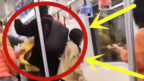 """男子上海地铁内""""辱骂""""周边乘客,还当场骚扰""""有夫之妇"""",结果被一脚踹飞"""