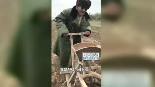 """7旬老农民模仿""""虎哥说车"""",方言解说耧车,金句频出"""
