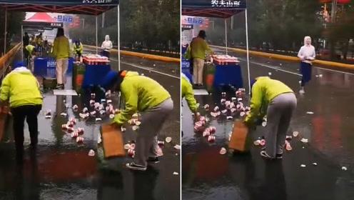 点赞!西安国际马拉松现场 志愿冒雨捡拾垃圾