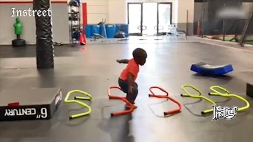 可爱的小朋友在健身的画面,真的太萌了