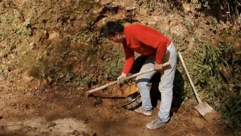 残疾大爷忙碌4个半天,义务清理路边滑落泥石