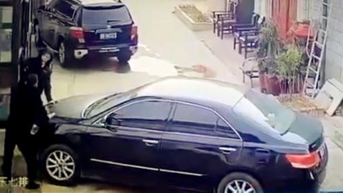 男子遭车撞倒后被连砍数刀 司机竟驾车淡定离去