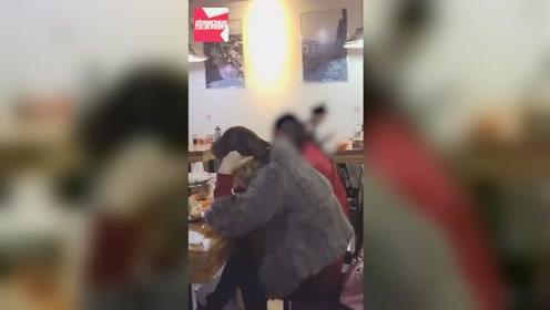 两女子饭馆内彪脏话路人劝阻反被怼:没素质才拍,谁规定不能说话