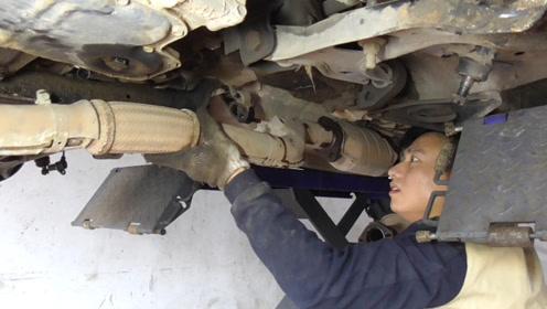 为了拆变速箱半轴,把排气管都拆下来,离吊发动机不远了