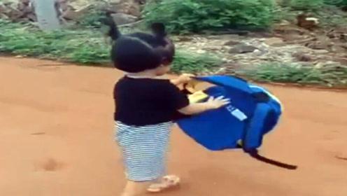 女娃不想上学,拿着书包往外跑,接下来的举动妈妈都看愣了