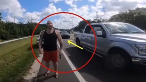典型的路怒症,摩托男子挑衅壮汉司机!悲剧收场