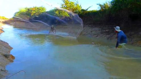 一片浑浊的野外水渠,农村大叔撒网捕鱼,捕到这鱼真不敢想象啊